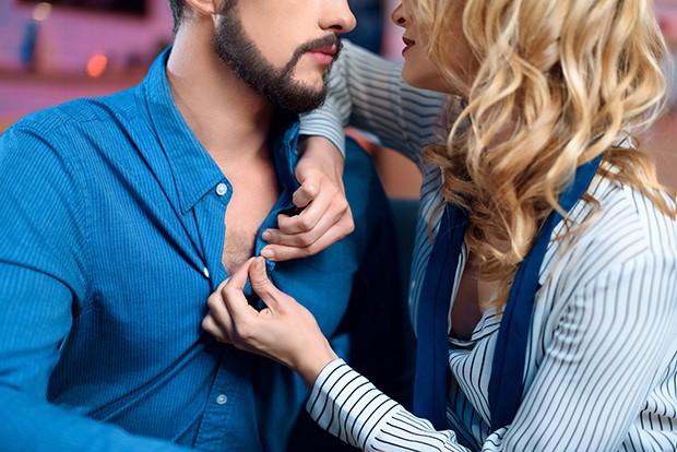 Γυναίκα ξεκουμπώνει άντρα