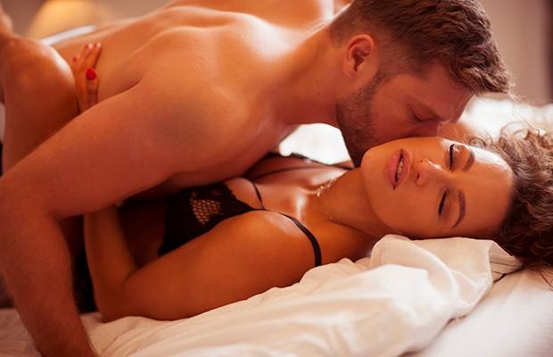 Ζευγάρι κάνει έρωτα στο κρεβάτι